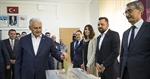 """Resim  Başbakan Yıldırım'ın Oy Kullandığı Sandıktan 144 """"Evet"""" 175 """"Hayır"""" Oyu Çıktı"""