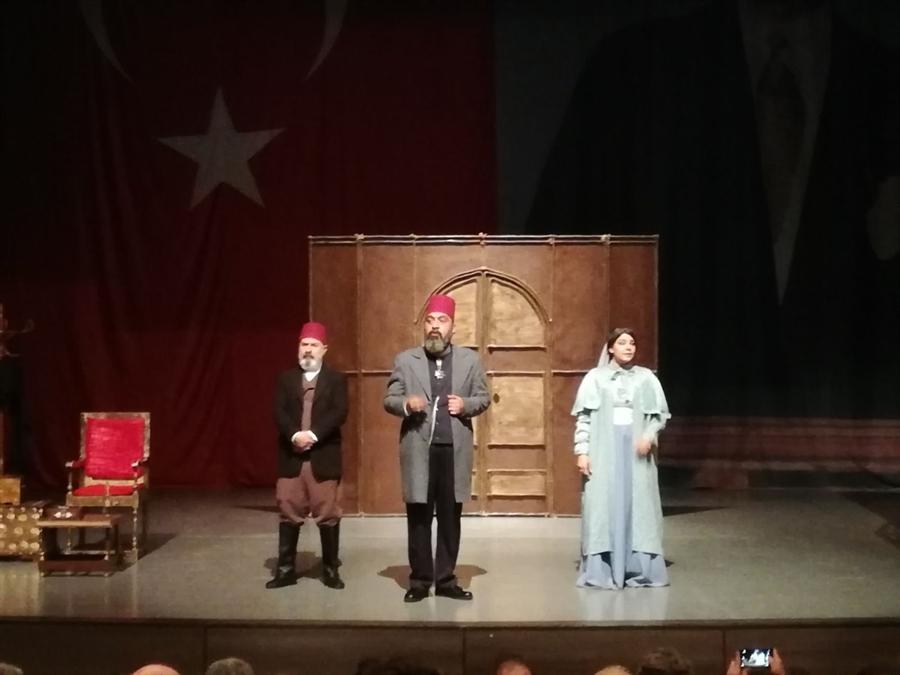 """Resim Sultan 2. Abdülhamid Han'ın Vefatının 100. Yıldönümünde """"Usta"""" Adlı Tiyatro Oyunu Çaycuma Sahne Aldı"""