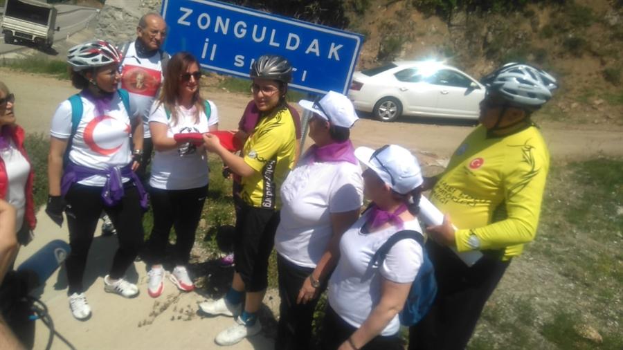 Resim Kadın Bisikletçiler Zafer için Pedal Çevirdi