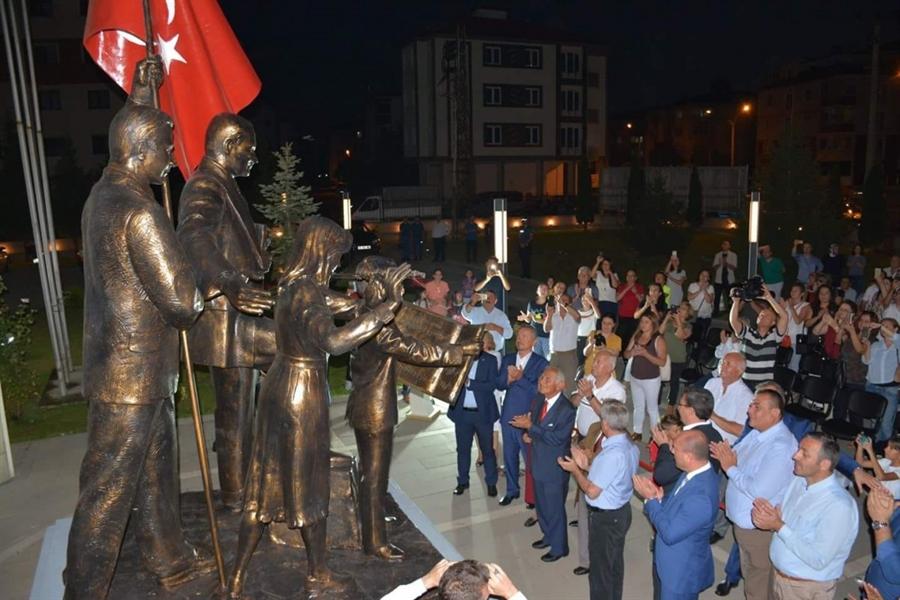 Resim Atatürk Temalı Heykel Görkemli Törenle Açıldı