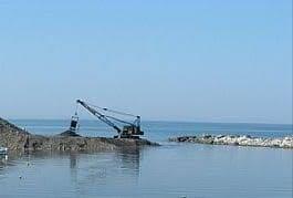 Resim Filyos Balıkçı Barınağının Kum Temizliğine Başlandı